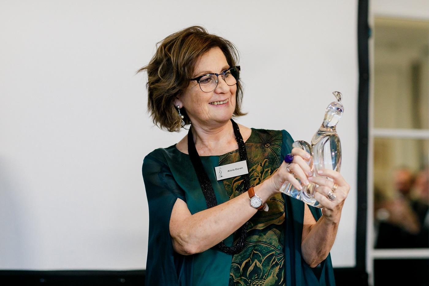 Alicia Durán recibe el Phoenix Award que premia a la Glass Person of the year 2019